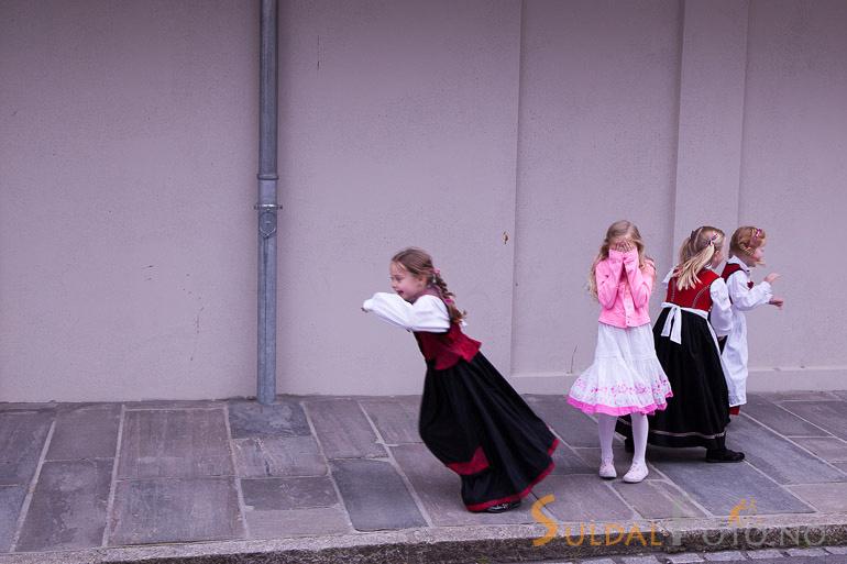 Jenter som ikkje vil bli tatt bilde av. 17. mai 2013