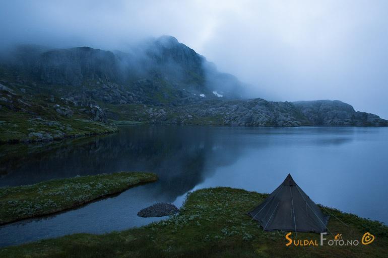 Kveldsstemning ved fjellvatn